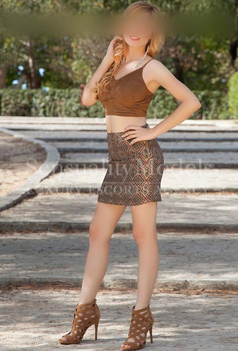 Carolina en el parque posando