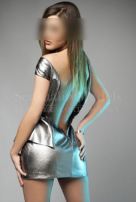 Rubí con traje de fiesta con cremallera en la espalda abierta