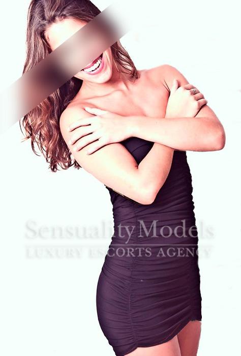 modelo en Ibiza Malena con un vestido de fiesta caido sobre sus hombros