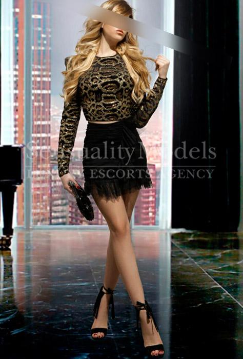 modelo rubia vestida de fiesta de forma elegante