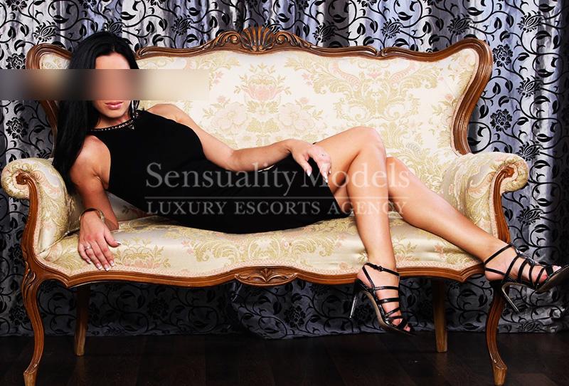 Valeria sentada en el sofa