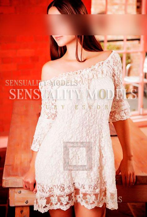 Abril con el vestido blanco
