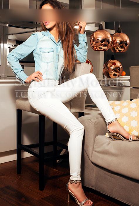 Chanel modelo femenina en ropa tejana