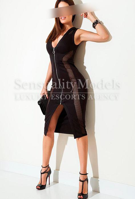 dayana posando sexy con vestido con cremallera delantera y zapatos de tacón