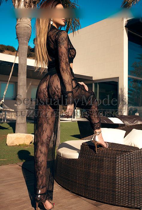 Blanca posando con traje de transparencias ajustado