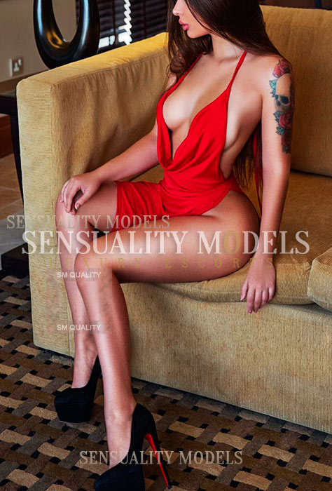 Modelo rusa con vestido rojo