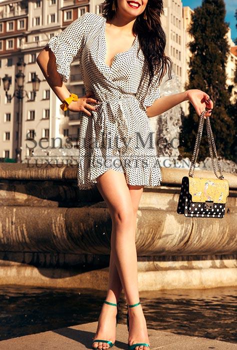 johanna con vestido estampado en una tarde soleada y detrás una fuente