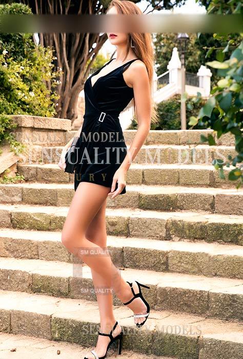 Blanca en un vestido negro