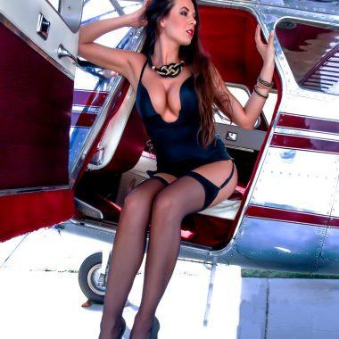 escort en lencería saliendo de la cabina de una avioneta