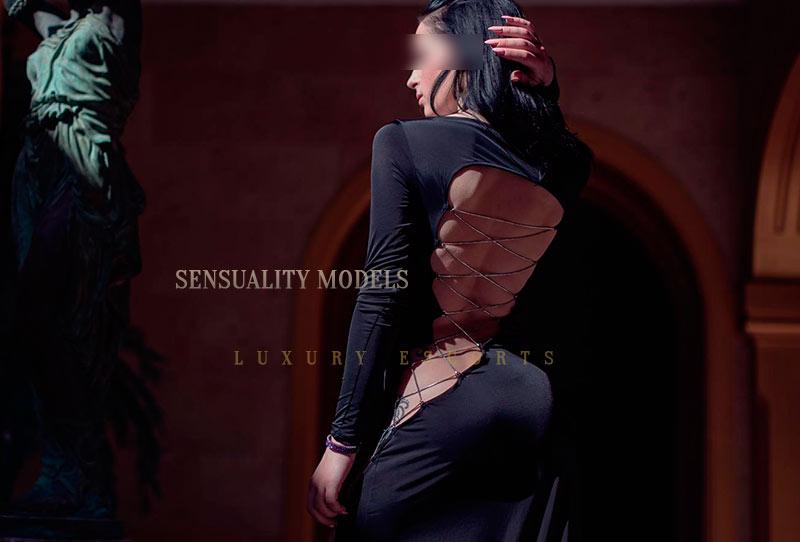 escort con vestido negro
