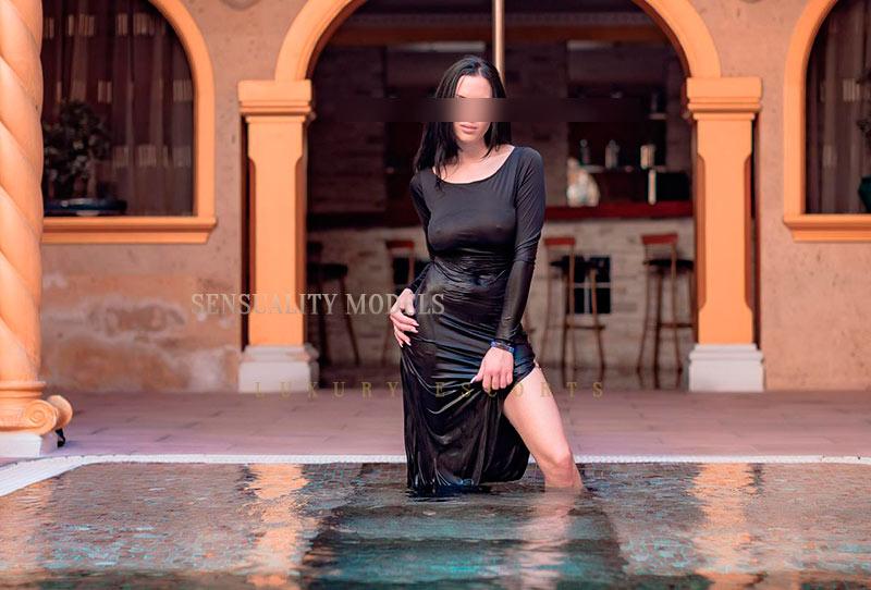 chica en la piscina con vestido