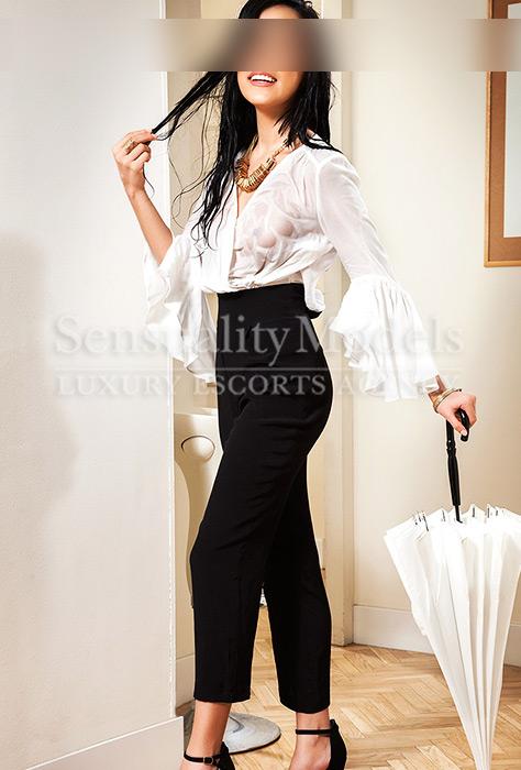 Eva con ropa casual